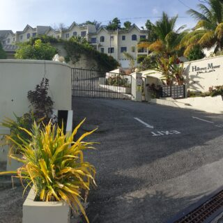 Executive Tri-Level Townhouse in Gated Community – Hillcrest Manor, Petit Valley
