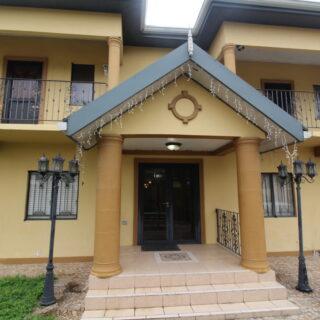 Johnny King Road_House Rental