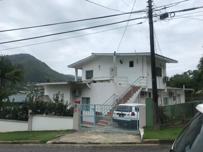 House/apartment building for sale in Petit Valley